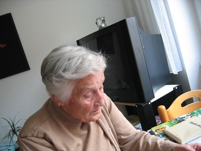Femme âgée dans sa maison