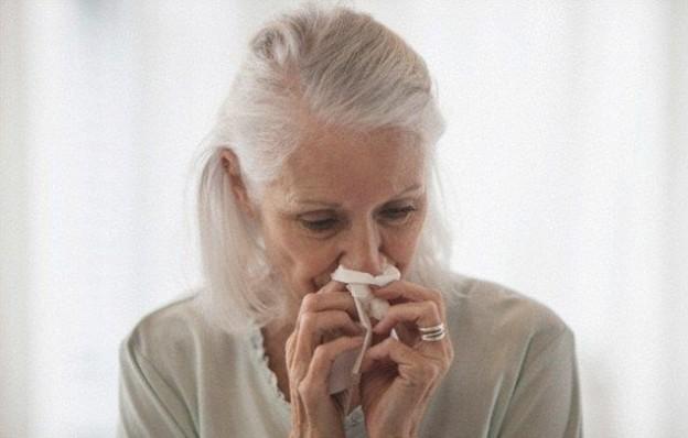 Femme âgée atteinte de la grippe