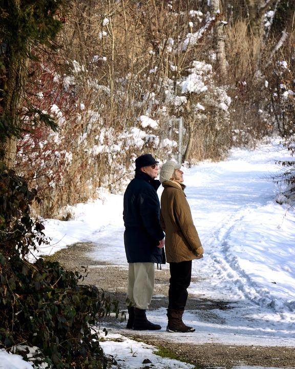 Seniors se promenant en hiver