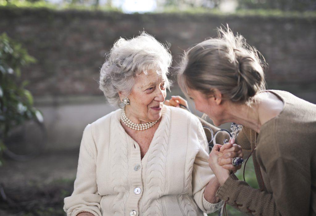 La perte d'audition peut entraîner un problème d'isolement chez les personnes âgées.
