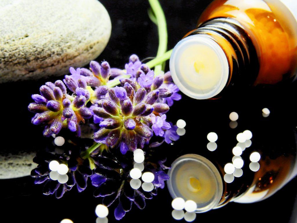 L'homéopathie ou encore l'aromathérapie sont des traitements alternatifs contre l'arthrose.
